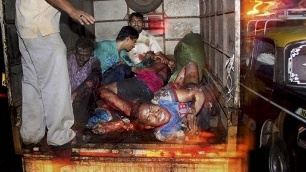 La primera explosión ha tenido lugar en el bazar Zaveri, en el centro de la ciudad FOTO: AP