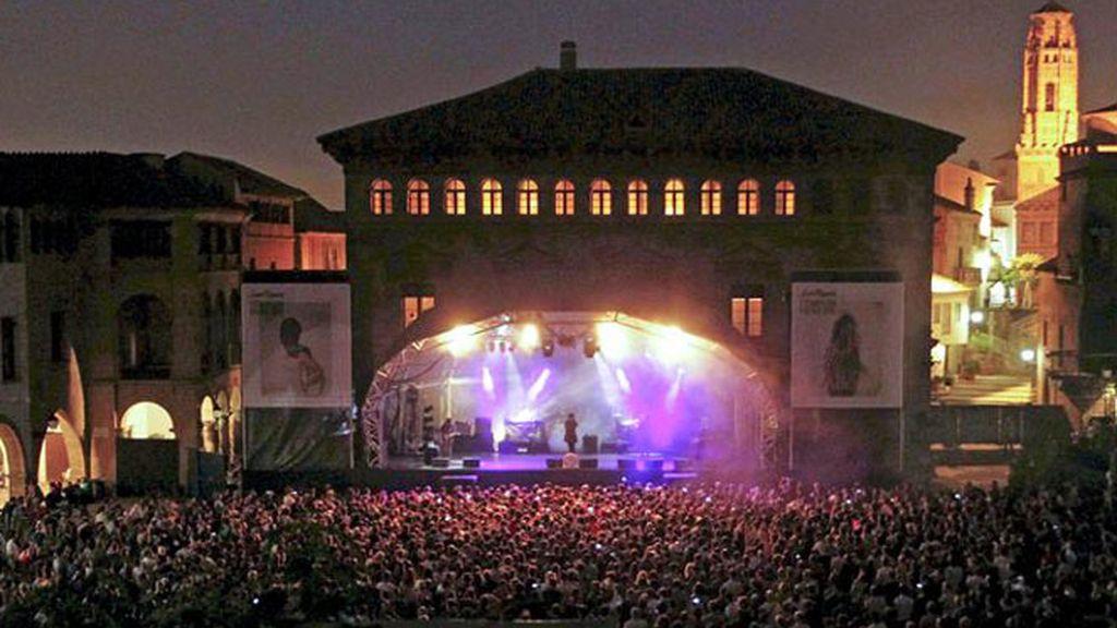 Aspecto de la plaza del Poble Español de Barcelona, durante la inauguración esta noche del Festival Primavera Sound que reunirá hasta el próximo domingo alrededor de 250 actuaciones.