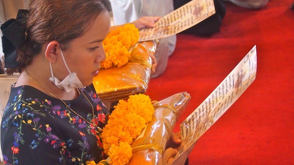 Rezando a Buda en Wat Traimit