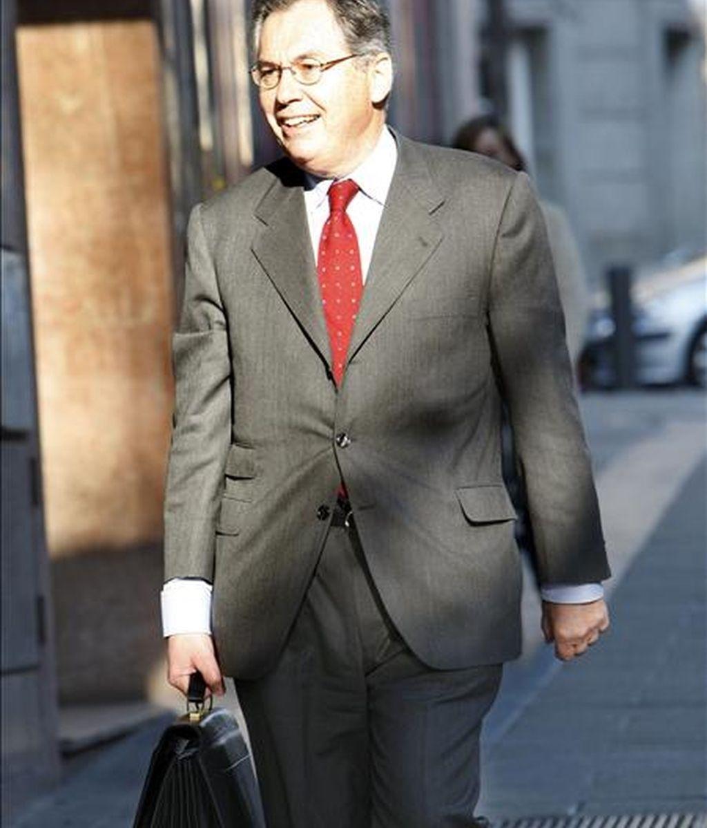 El ex presidente de la CNMV Juan Fernández Armesto, a su llegada hoy a la Audiencia Nacional para prestar declaración como testigo en el caso Fórum Filatélico ante el juez Baltasar Garzón. EFE