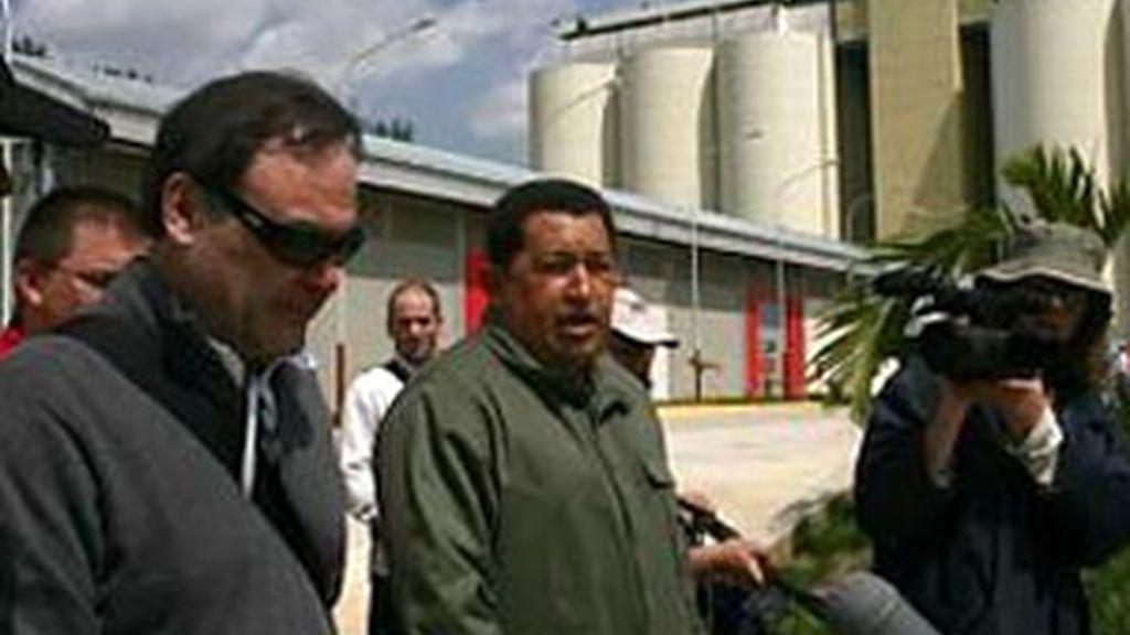 Chávez y Stone pasearon juntos por el barrio natal del dirigente venezolano, como parte del documental que prepara el cineasta. Foto EFE