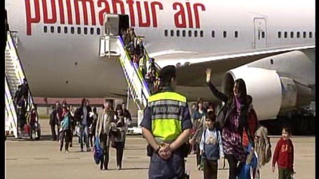 Llega el avión fletado por el Gobierno