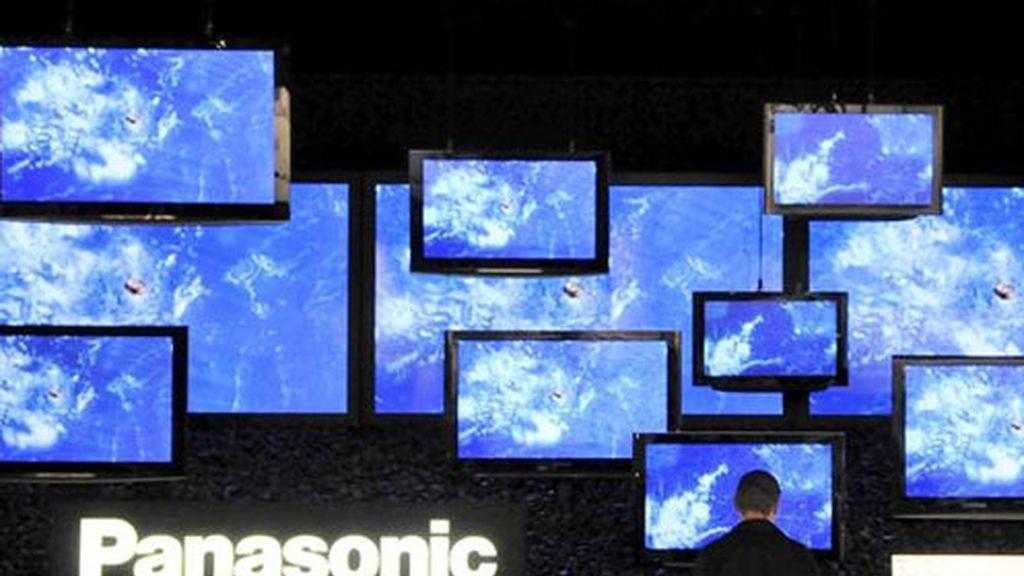 En la imagen, varias televisiones planas de Panasonic exhibidas en la Feria Fotokina de Colonia (Alemania).