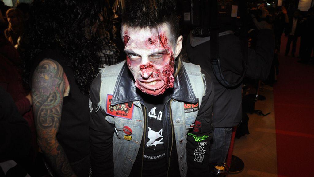 Ana de Armas y Elena Furiase, se camuflan entre rebaños de zombies