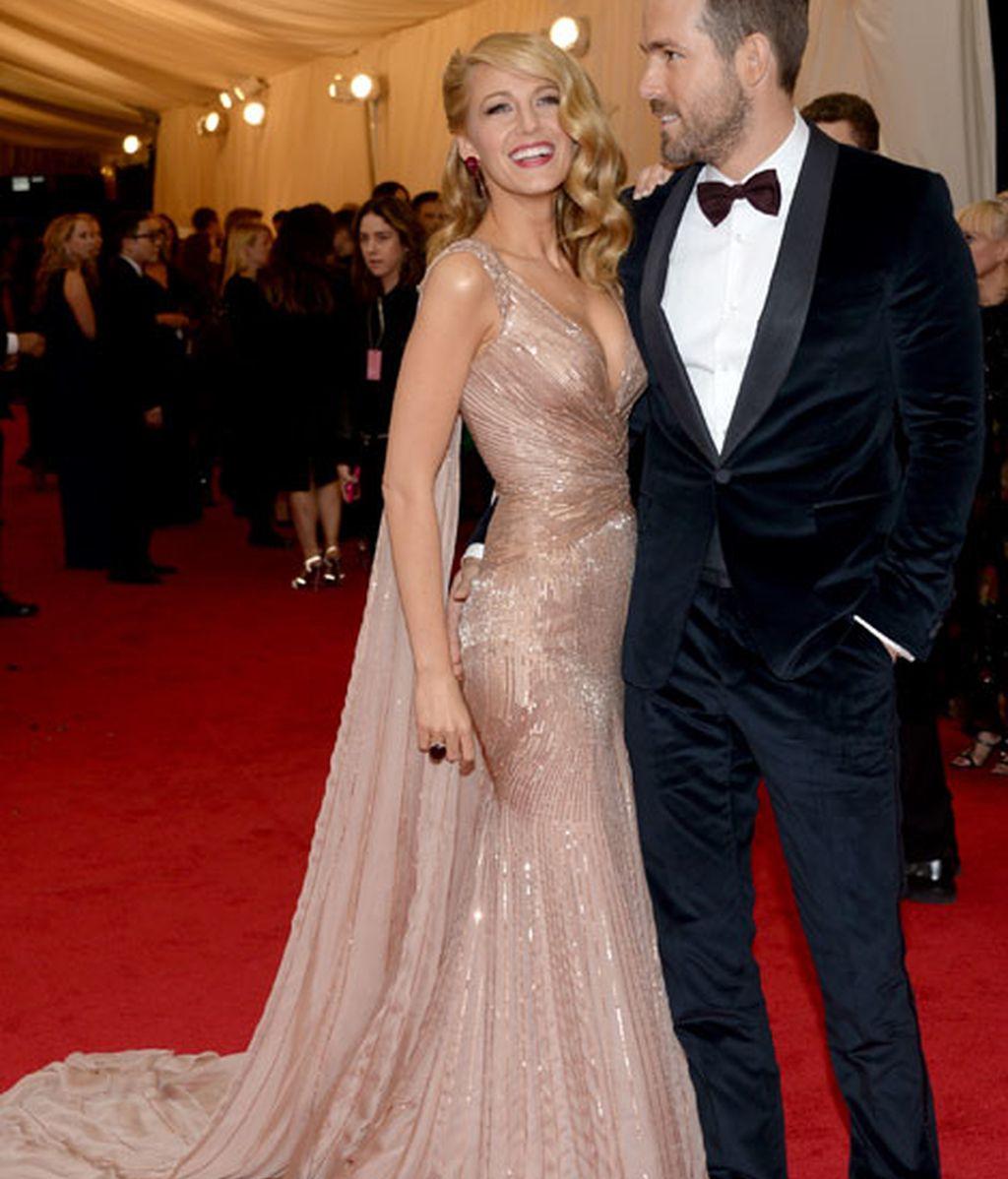 Blake Lively con Ryan Reynolds, ambos de Gucci
