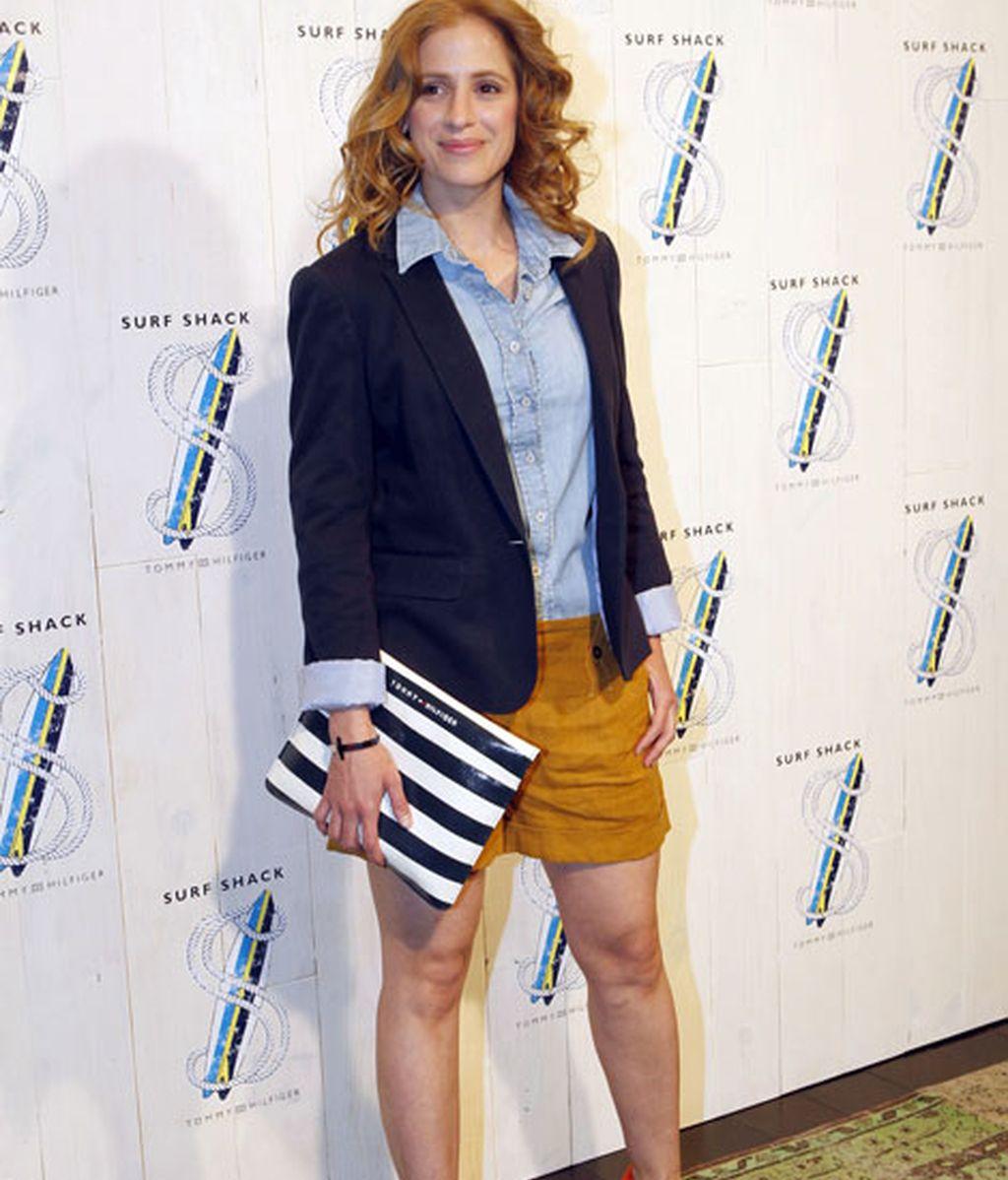 La actriz Sara Ballesteros combinó el fucsia y las rayas marineras