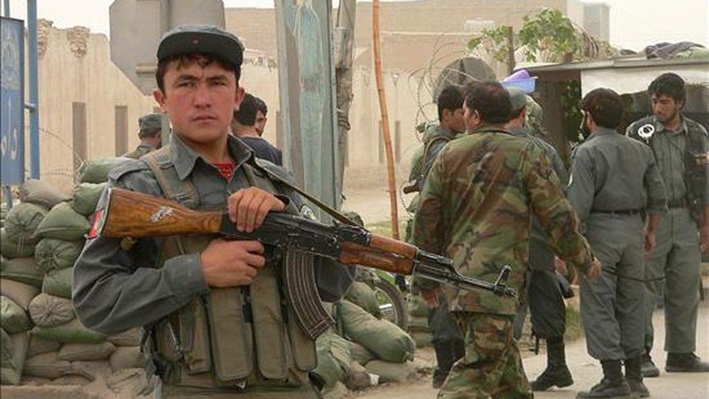 Soldados estadounidenses y policias afganos vigilan las afueras de una comisaría de la sureña ciudad de Kandahar después de un doble ataque suicida el pasado año. EFE/Archivo