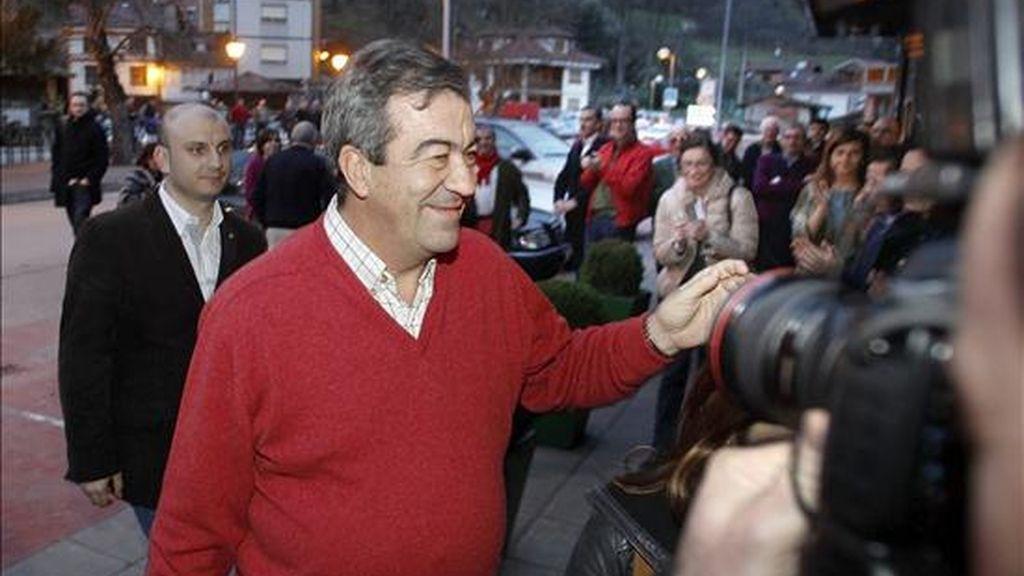 El ex vicepresidente y ex ministro Francisco Álvarez-Cascos (c) saluda a su llegada esta tarde a la reunión que ha mantenido esta tarde en la localidad asturiana de El Condado, en Laviana, con simpatizantes y partidarios de su candidatura a la presidencia del Principado de Asturias. EFE