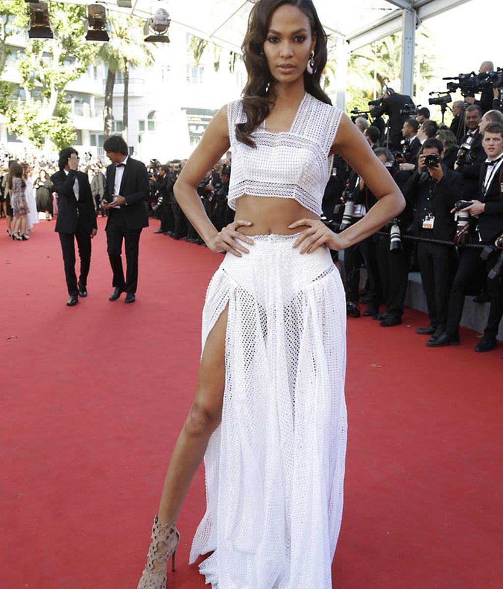 Joan Smalls con conjunto de Azzedine Alaïa con cropped top y falda larga