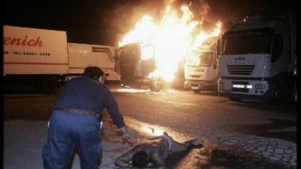 Un transportista herido grave tras ser incendiado su camión