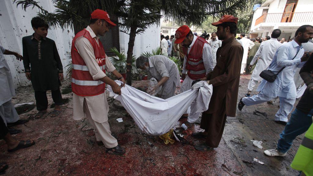 El atentado suicida de Peshawar deja ya al menos 60 muertos y 70 heridos