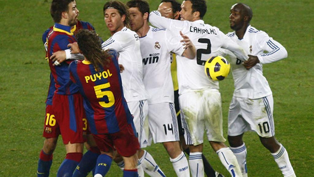 Ramos agrede a Puyol, justo después de recibir la roja por la antrada a Messi