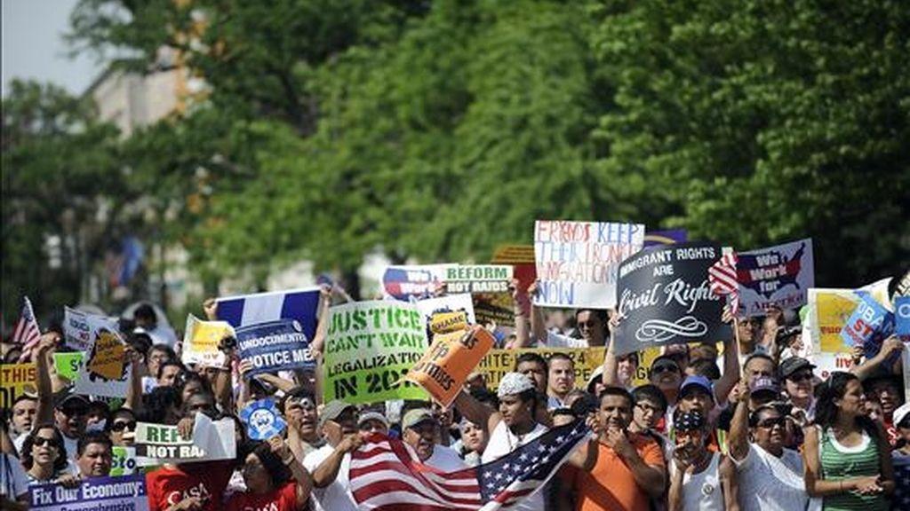 Manifestantes se reunen cerca de la Casa Blanca este 1 de mayo en Washington, EE.UU., para pedir una reforma en las leyes de inmigración y como protesta ante la nueva ley en el estado de Arizona. EFE