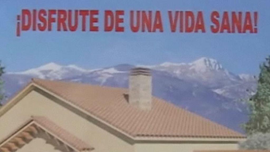 Uno de los carteles que anuncian una venta de casas