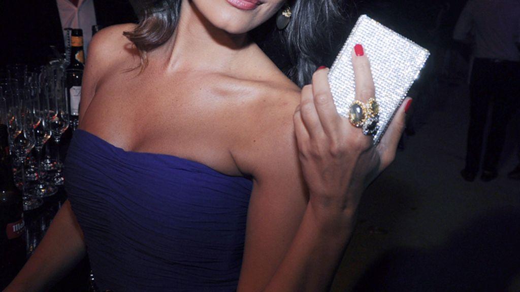 María José Suarez completó su look con un bolso de Swarovski y joyas de Alexis Bittar