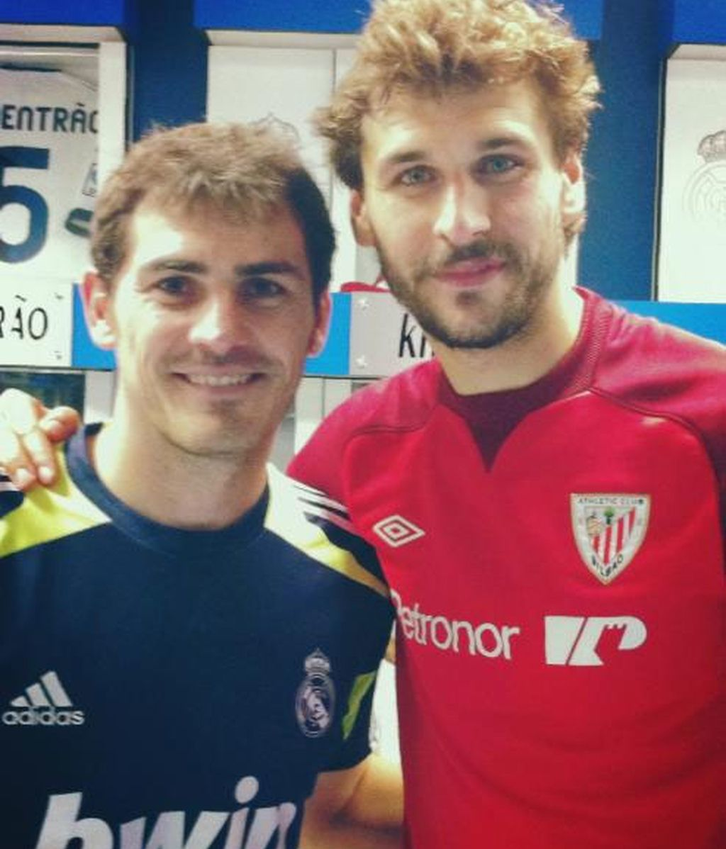 Iker Casillas y Fernando Llorente posan juntos después del partido en el Santiago Bernabéu