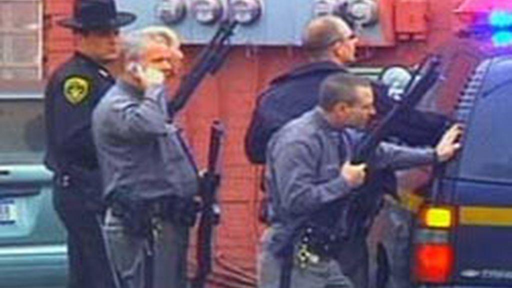Un hombre tiene retenidas a decenas de personas en un edificio público. Video: ATLAS.