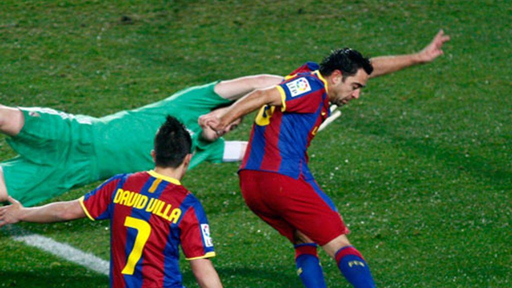 Gol de Xavi bajo la atenta mirada de Villa
