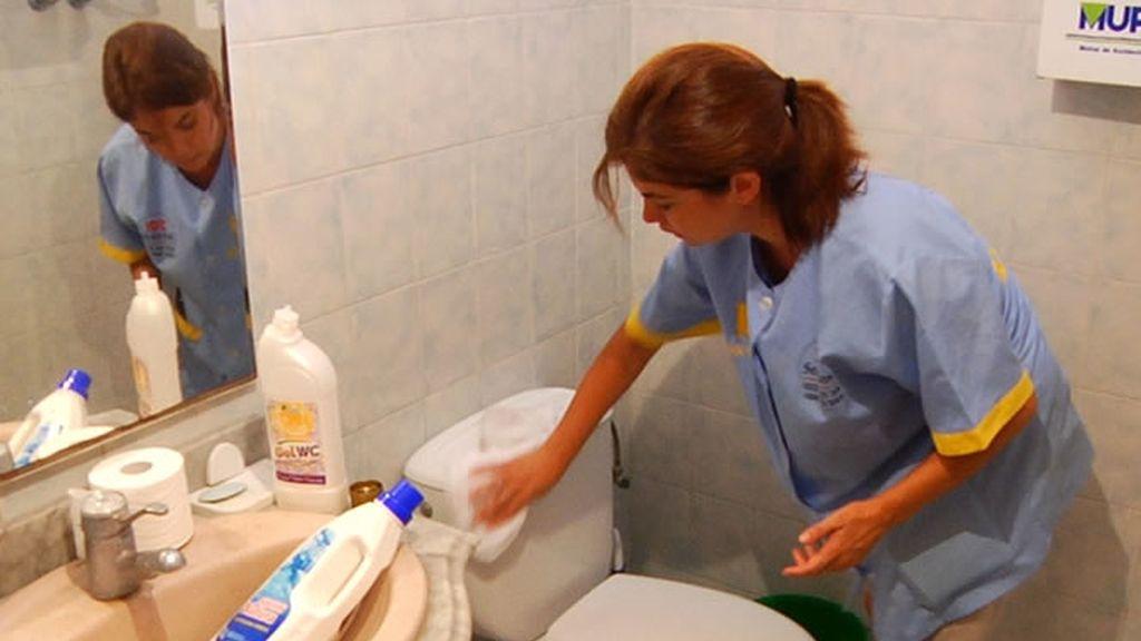 Samanta limpiando un baño