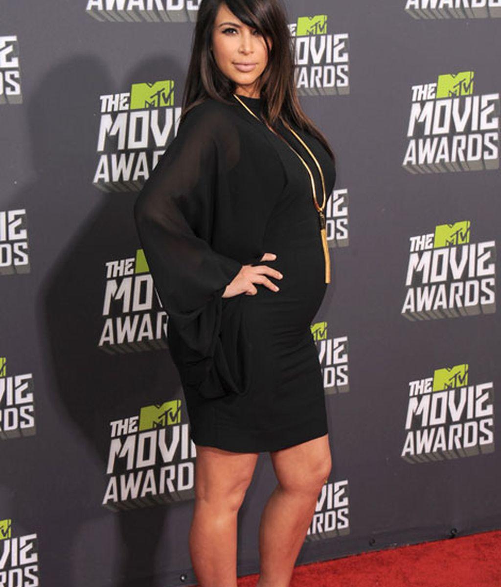 Kim Kardashian lució embarazo con un discreto vestido negro