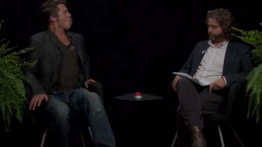 Brad Pitt escupe el chicle a su entrevistador