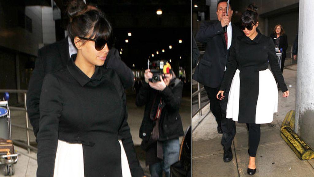 Kardashian con un look blanco y negro