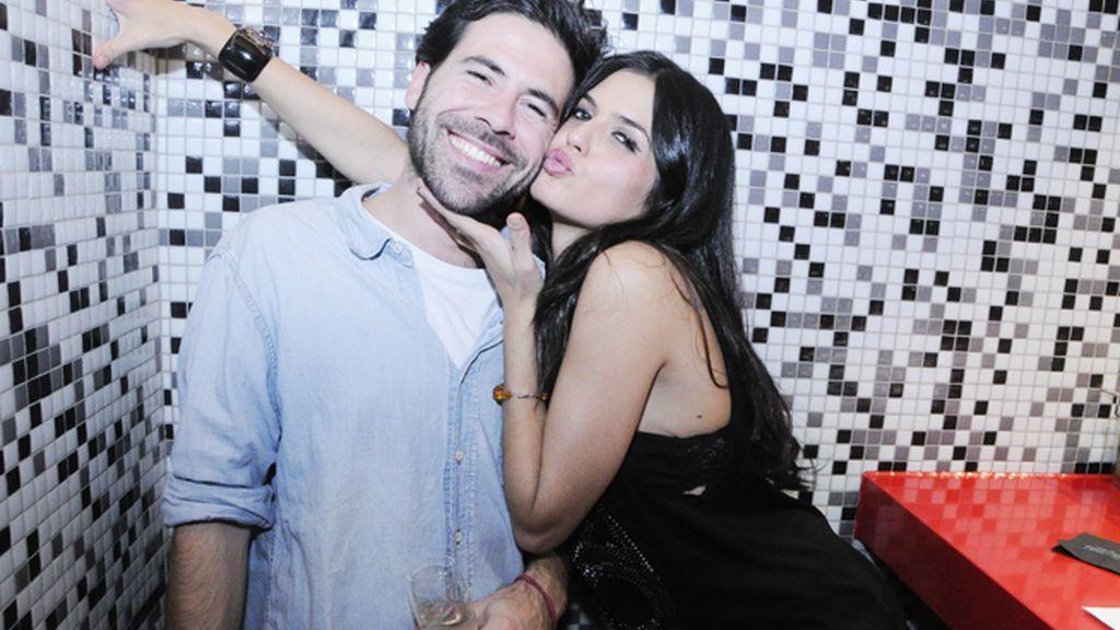 El periodista Mickey Carrizo junto a la modelo María Reyes