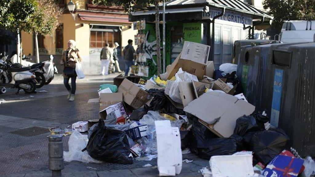 Las montañas de basura crecen en Madrid por la huelga de la limpieza