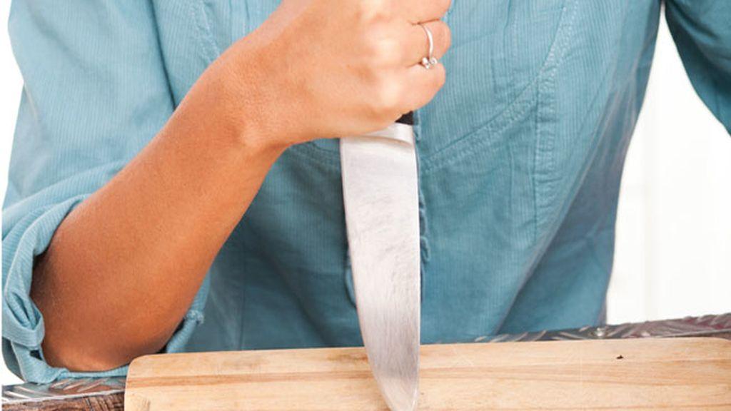 Una mujer le corta el pene a su marido después de sorprenderle en la cama con otro hombre
