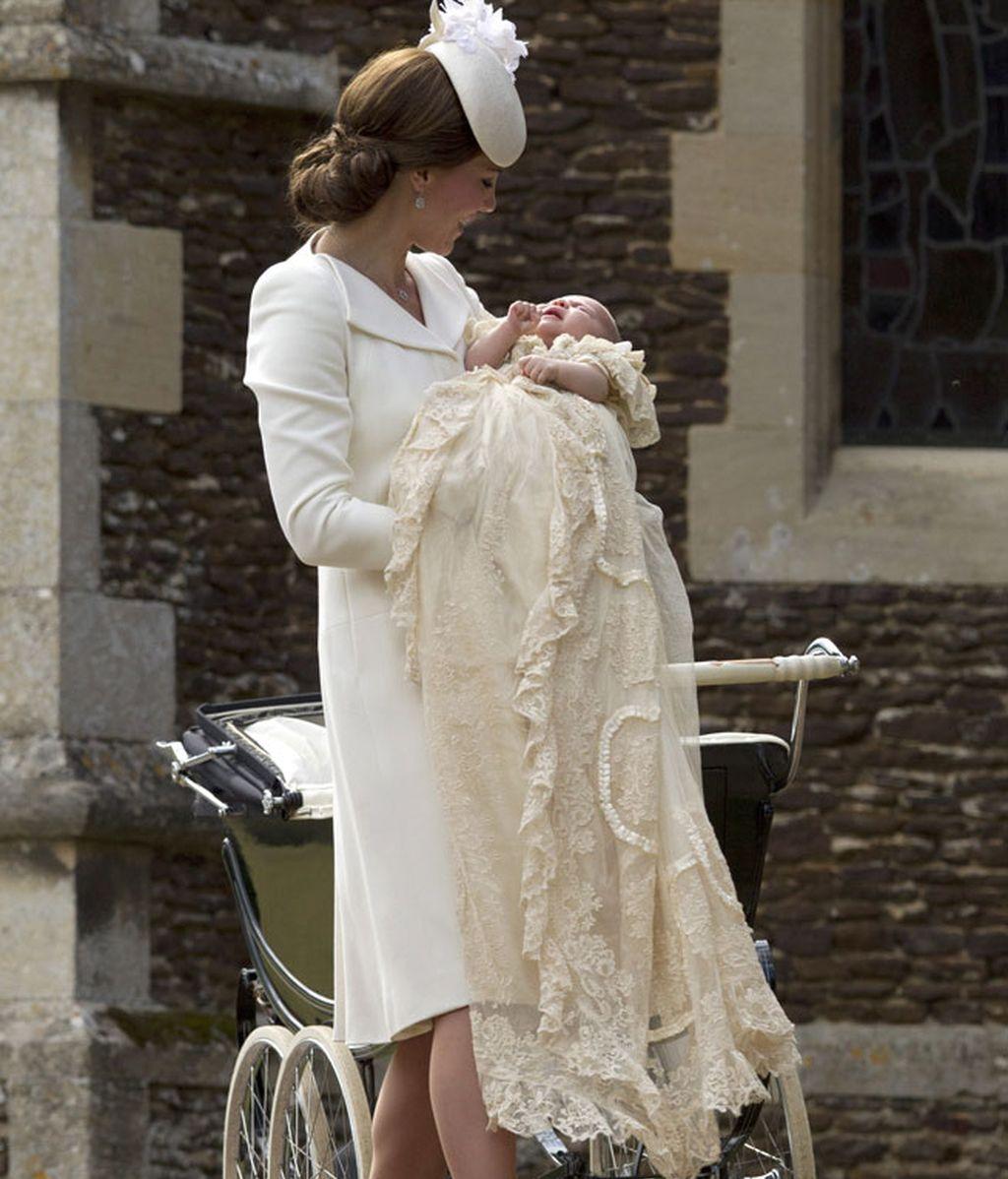 Kate Middlenton eligió un look en blanco para el bautizo