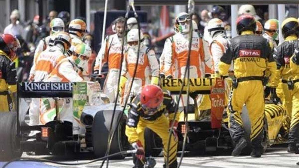 Kubica y Sutil la liaron en el 'pit lane'
