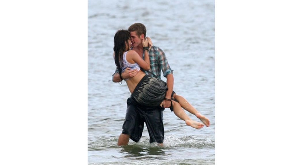 Miley Cyrus y Liam Hemsworth, amor en la playa