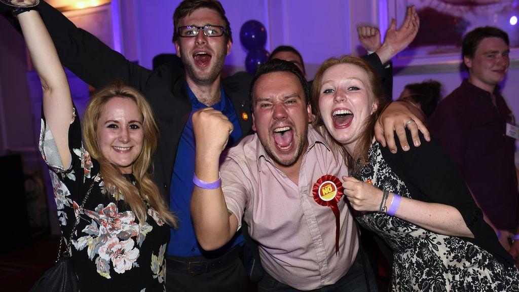 Partidarios del no celebran el resultado del referéndum de Escocia