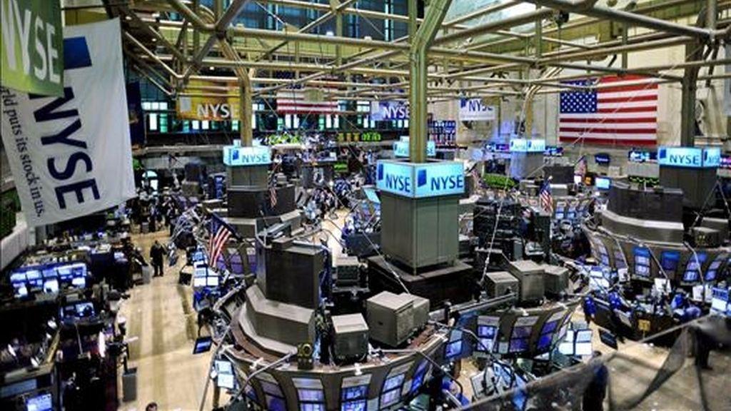 Nueva York, 9 abr (EFE).- La bolsa neoyorquina mantuvo hoy hasta el final una sólida tendencia alcista y el Dow Jones Industriales avanzó el 3,14%, en una jornada muy positiva para los bancos debido a las favorables perspectivas de ganancias de Wells Fargo. Ese indicador bursátil, que incluye a algunas de las mayores compañías de Estados Unidos, añadió 246,27 puntos y terminó en 8.083,38 unidades, la cota más alta desde el pasado 9 de febrero. El Dow ha avanzado un 0,82% esta semana y son ya cinco consecutivas las que ha cerrado con ganancias. El mercado Nasdaq, donde cotizan numerosas empresas de tecnología e internet, avanzó un 3,89% (61,88 puntos) y terminó en 1.652,54 unidades, un 1,9% más que la pasada semana. Mientras, el selectivo S&P 500 subió 3,81% (31,40 puntos) y concluyó la sesión en 856,56 unidades, un 1,67% por encima del nivel del pasado viernes. El parqué neoyorquino, que no reanudará ya la actividad hasta el lunes debido a la conmemoración del Viernes Santo, mantuvo una fuerte senda alcista desde la apertura, debido al optimismo que suscitaron los pronósticos de ganancias del banco Wells Fargo, que superan las expectativas de los analistas. Esa entidad prevé cerrar el primer trimestre de este año con unos 3.000 millones de dólares de beneficio (55 centavos por acción) y unos ingresos totales de en torno a 20.000 millones de dólares. Ese banco difundirá sus cifras trimestrales definitivas el próximo 22 de abril, pero los pronósticos que avanzó fueron suficientes para que sus acciones se revalorizasen un 31,7% (4,72 dólares) y cerrasen a 19,61 dólares. La perspectiva favorable influyó además en la compra de valores de otras entidades financieras, incluidas JPMorgan Chase y Citigroup, que presentarán la próxima semana los resultados conseguidos en el primer trimestre de este año. Las acciones de JPMorgan y de American Express se revalorizaron algo más del 19% y Citigroup avanzó el 12,59%, mientras que los títulos de Bank of America, que como las anteri