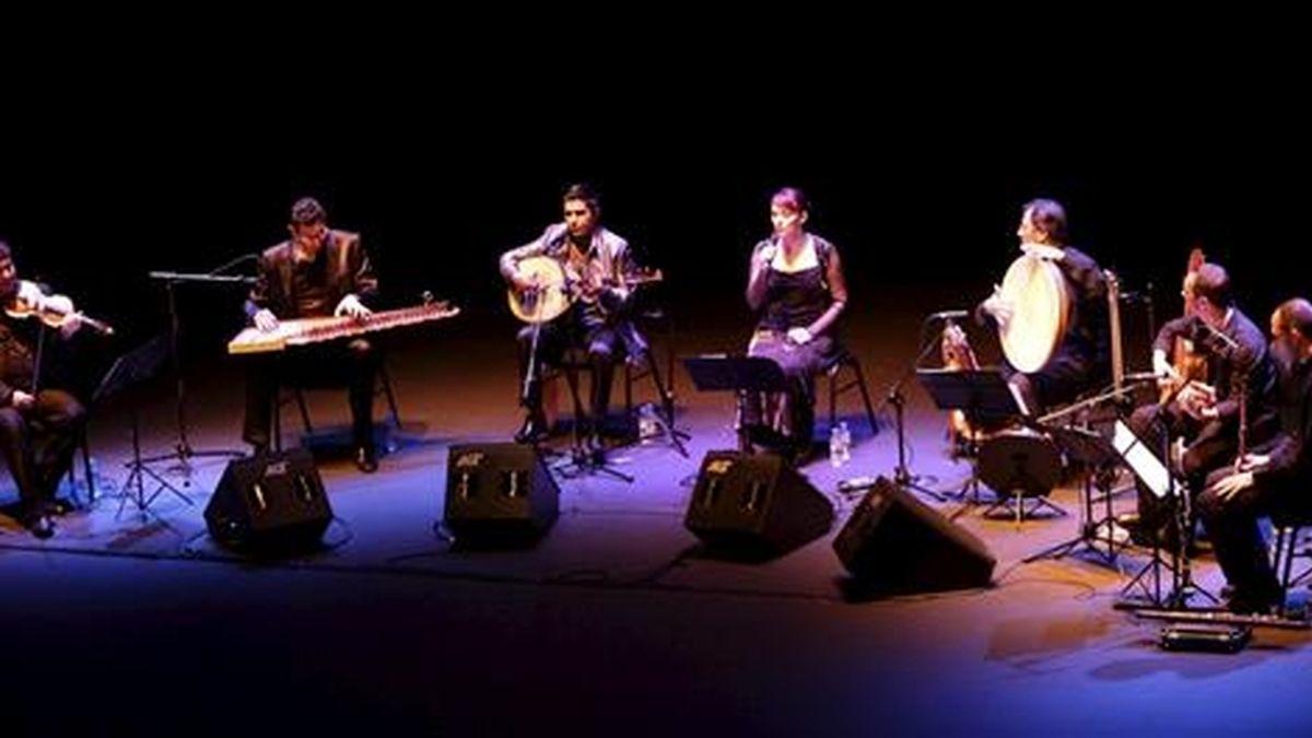 El grupo Al-burúz, formado por siete músicos tunecinos y españoles, abrió hoy domingo, en Riojaforum, el ciclo de conciertos dentro del Festival de Logroño Actual 2011, con un concierto que pretende recuperar el legado musical de los árabes en España. EFE