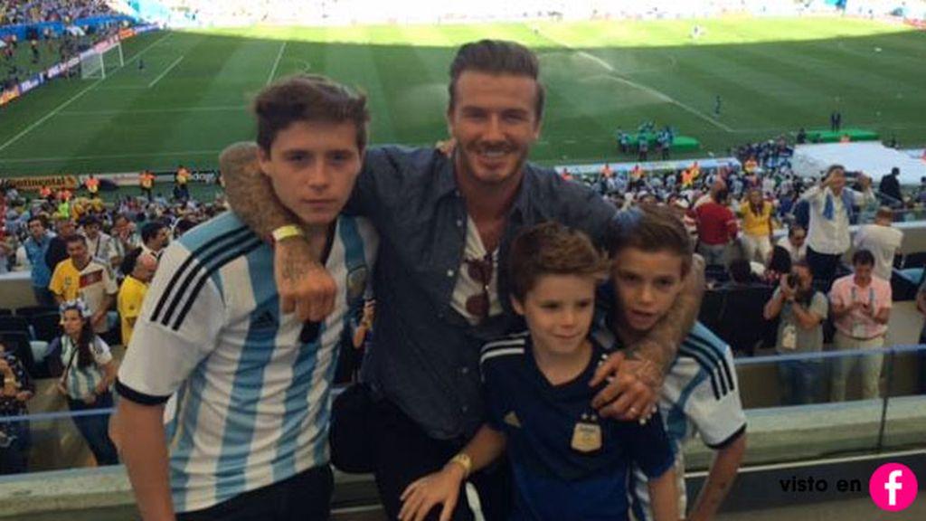 David Beckham junto a Brooklyn, Romeo y Cruz, que iban con la camiseta de Argentina