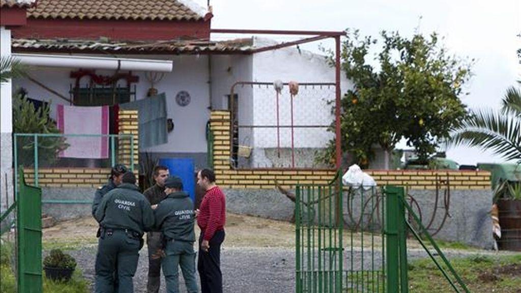 Efectivos de la Guardia Civil en las inmediaciones del lugar de la localidad de Villanueva de las Cruces, donde fue encontrado el cuerpo sin vida de una mujer de 45 años. EFE