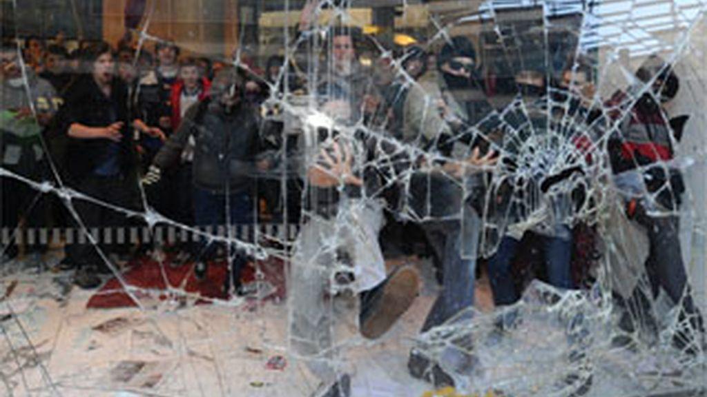 """Estudiantes británicos toman la sede de los """"tories"""" en protesta por los planes de austeridad"""