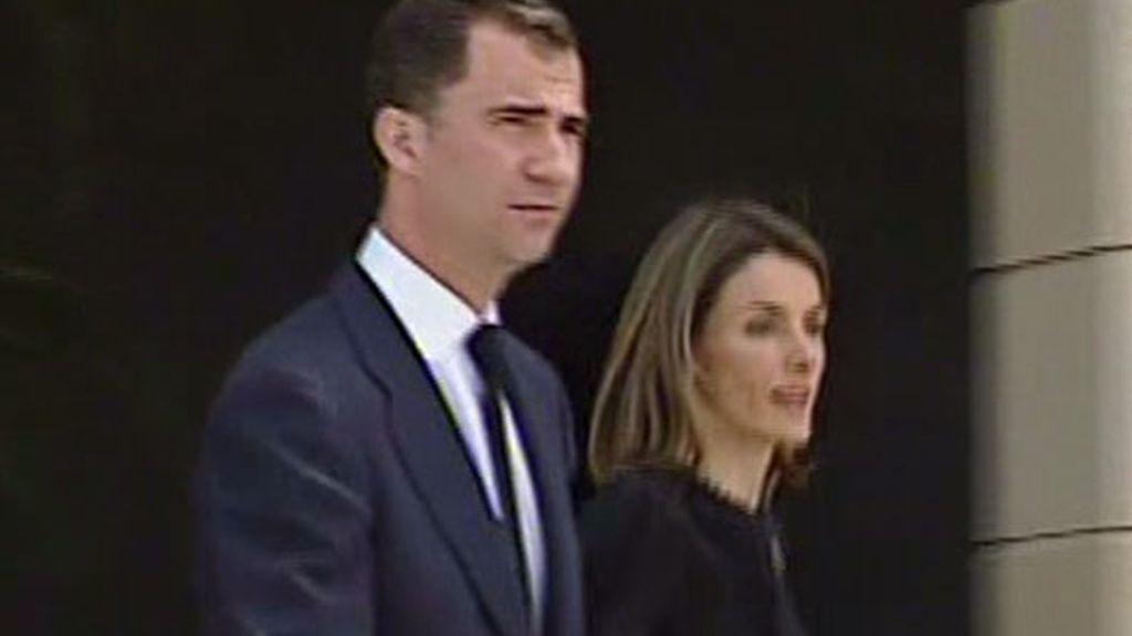 Los Príncipes de Asturias llegando al tanatorio