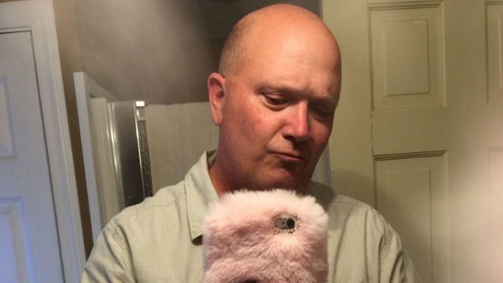 Le regala a su padre una funda de pelo rosa para el móvil y él reacciona así