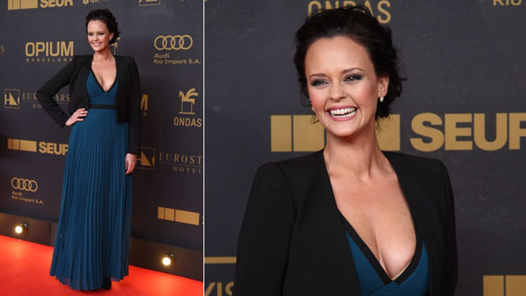 Shaila Durcal posó estupenda luciendo escote en azul y negro