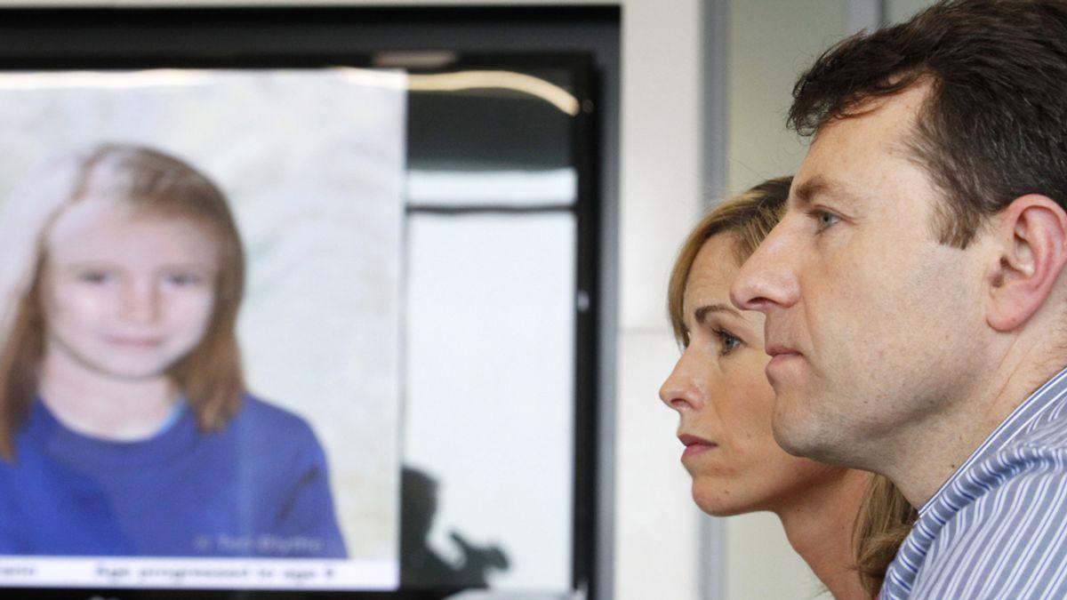 Kate y Gerry  McCan frente a una imagen de Madeleine,