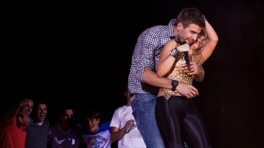 Piqué se come a besos a Shakira sobre el escenario