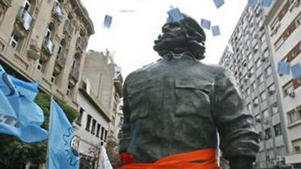Los argentinos aplauden al paso de la gigantesca estatua del 'Che'