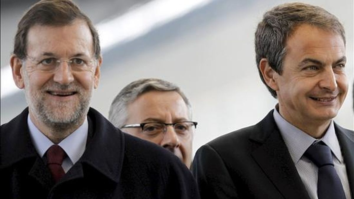 el presidente del Gobierno, José Luis Rodríguez Zapatero (d), y el líder del PP, Mariano Rajoy (i), seguidos del ministro de Fomento, José Blanco, durante la inauguración del AVE Madrid-Valencia. EFE/Archivo