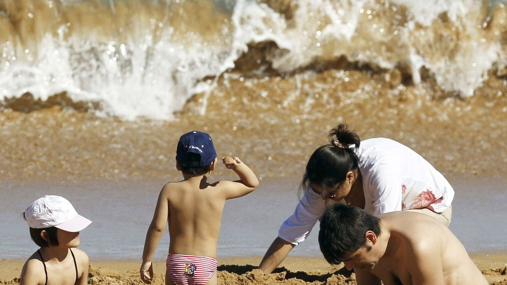 Una familia disfruta de los 20º de temperatura en Cantabria