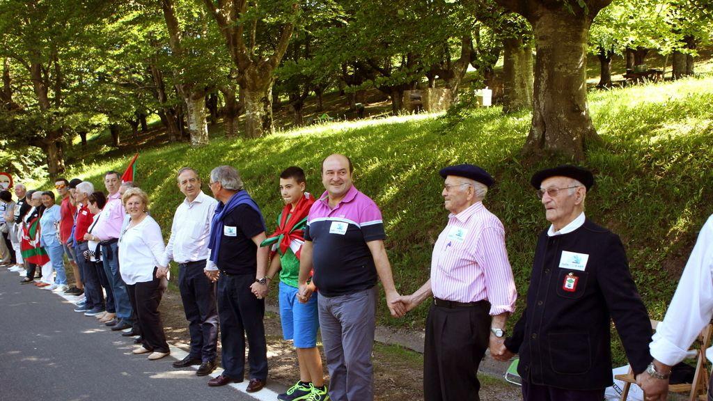 La cadena humana a favor del derecho a decidir une ya Durango y Pamplona