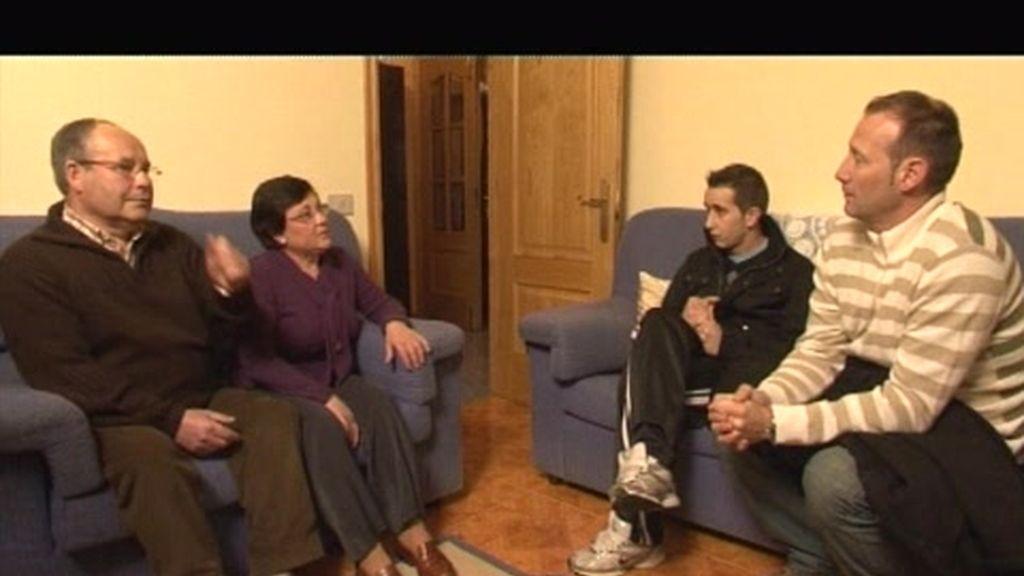 Imágenes inéditas: Adrián escucha el testimonio de unos padres que han perdido a su hija