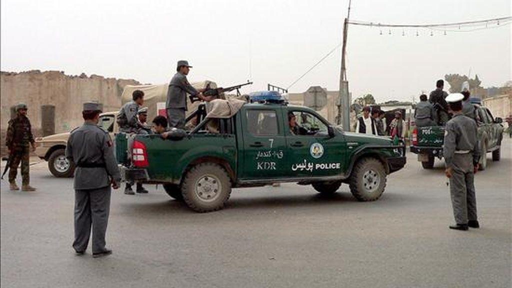 Soldados estadounidenses y policias afganos vigilan las afueras de una comisaría de la sureña ciudad de Kandahar. EFE/Archivo