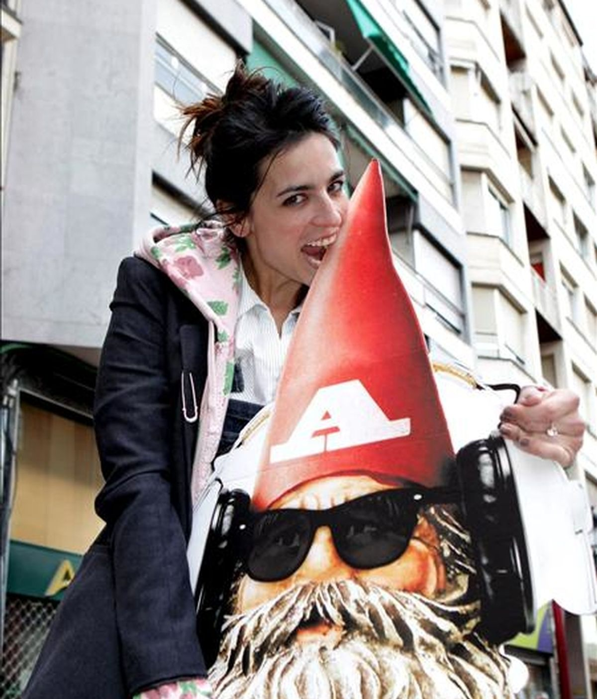 La cantante Bebe tras la rueda de prensa que ha ofrecido hoy en Logroño, previa a la actuación que ofrecerá esta noche en la última sesión de Actual 2011, organizado por el Gobierno de La Rioja. EFE